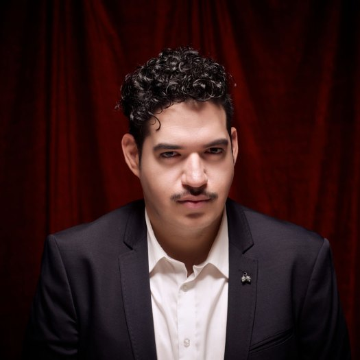 Juan Carlos Ramírez es Millán, un comediante por accidente que tiene problemas esquizoides.